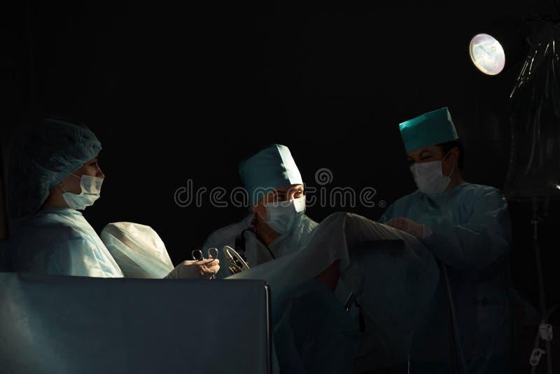 Drużyna chirurdzy wykonuje operację zdjęcia stock