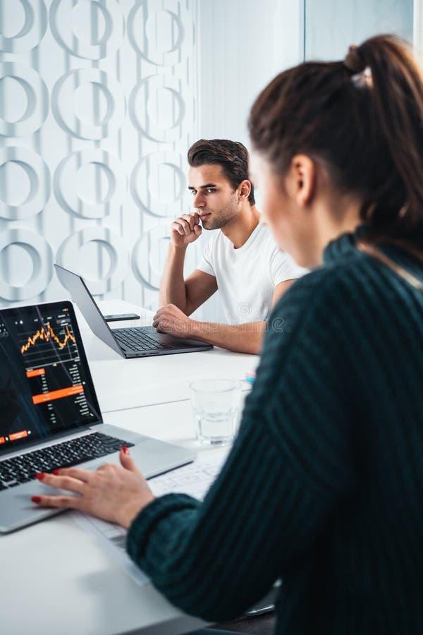 Drużyna coworker analizuje cyfrowych raporty na parawanowym monitorze i przygotowywać pieniężnego raport dla inwestorów obraz royalty free