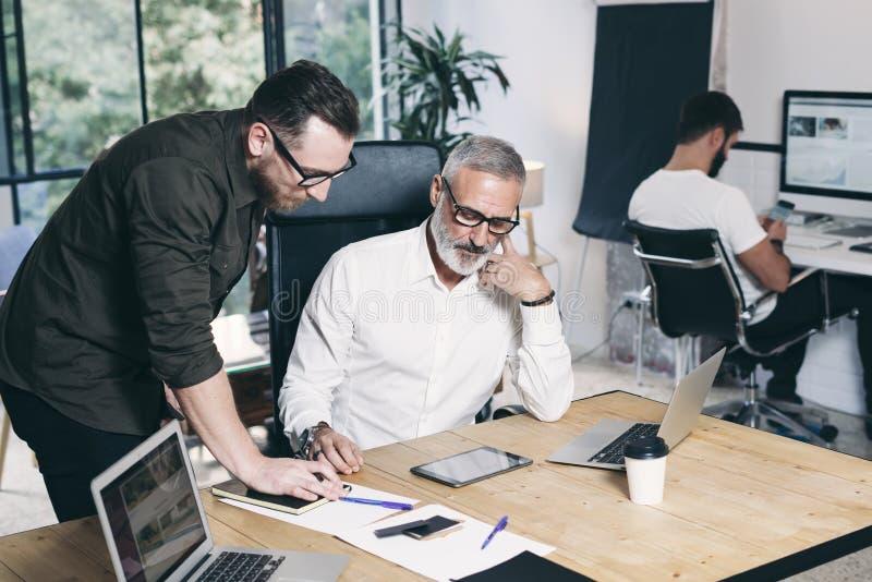 Drużyna coworkers robi wielkiej pracy dyskusi w nowożytnym biurze budynku biznesowa pojęcia budowy grupy łamigłówki praca zespoło fotografia stock
