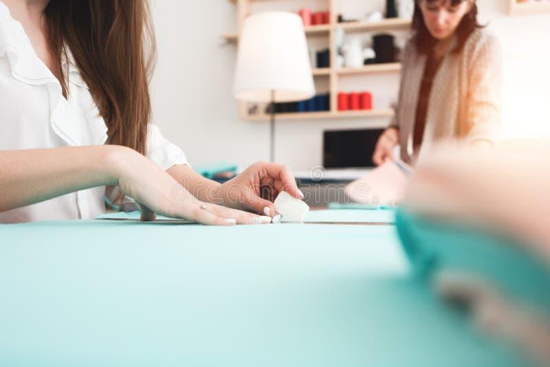 Drużyna dwa kobiety krawcowej szy nową nowożytną odzież i tworzy Szwaczka pracuje w szwalnym studiu zdjęcie royalty free