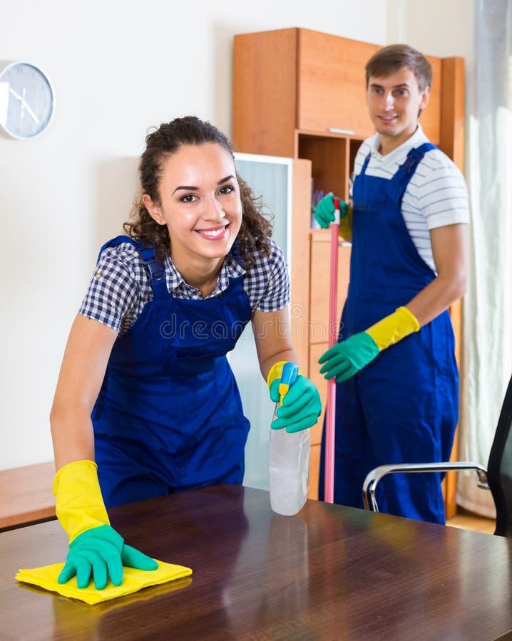 Drużyna fachowi czyściciele w biurze fotografia royalty free