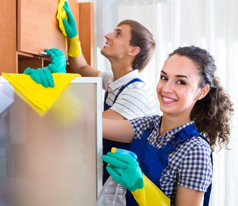 Drużyna fachowi czyściciele w biurze zdjęcie royalty free