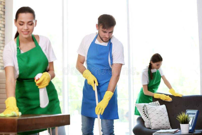 Drużyna fachowi janitors w jednolitym biurze fotografia stock
