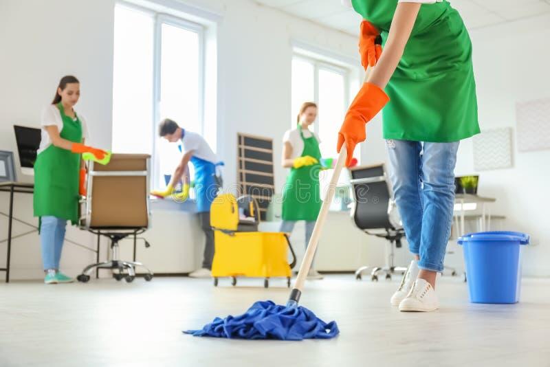 Drużyna fachowi janitors w jednolitym biurze zdjęcie stock