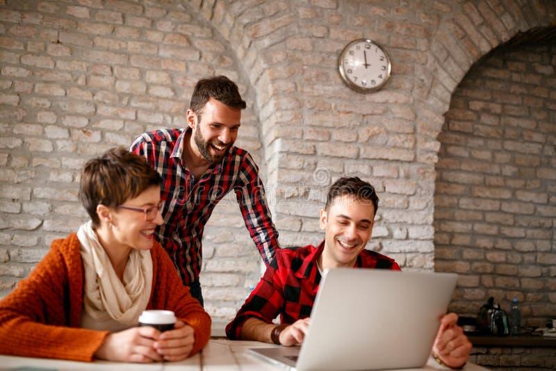 Drużyna graficzni uśmiechnięci projektanci pracuje wpólnie obrazy royalty free