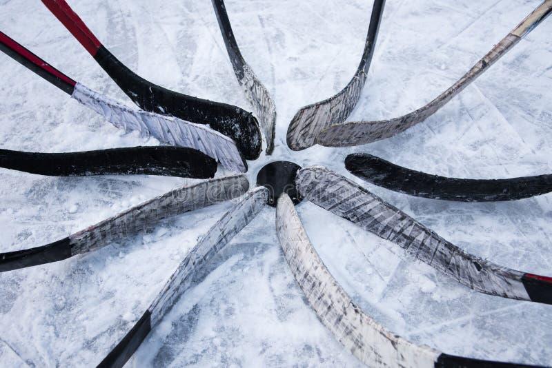 Drużyna hokejowa stawiająca putter wokoło płuczki zdjęcia stock