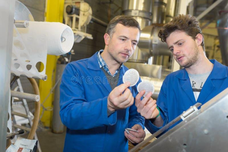 Drużyna inżyniery ma dyskusję w fabryce obrazy royalty free
