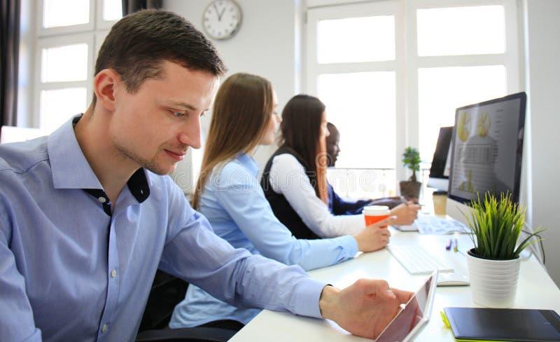Drużyna koledzy brainstorming wpólnie podczas gdy pracujący na komputerze zdjęcie stock