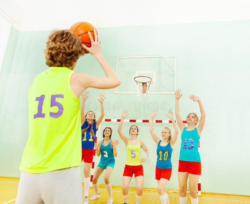 Drużyna koszykarska broniący obręcz od innego gracza obraz stock