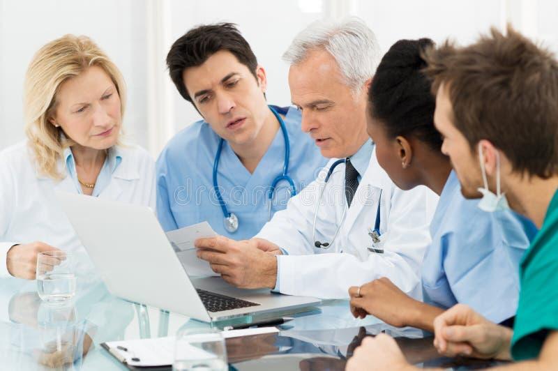 Drużyna lekarki Egzamininuje raporty obraz stock