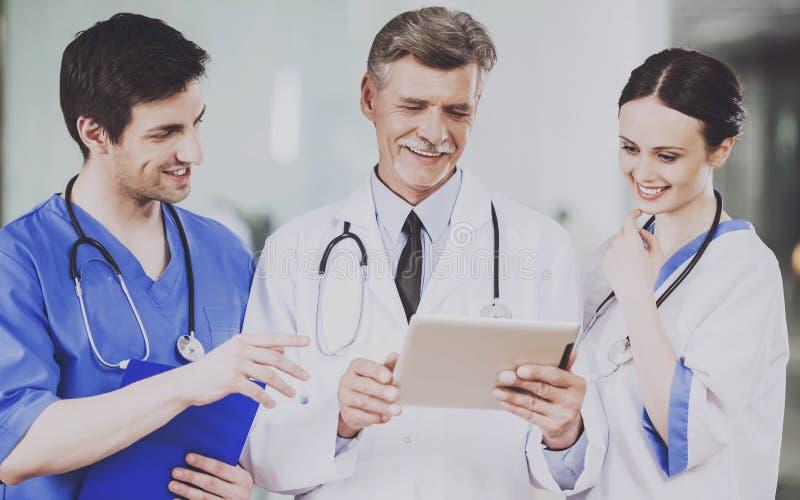 Drużyna lekarki z stetoskopami w mundurze fotografia stock