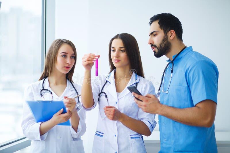 Drużyna lub grupa lekarek pracować fotografia stock