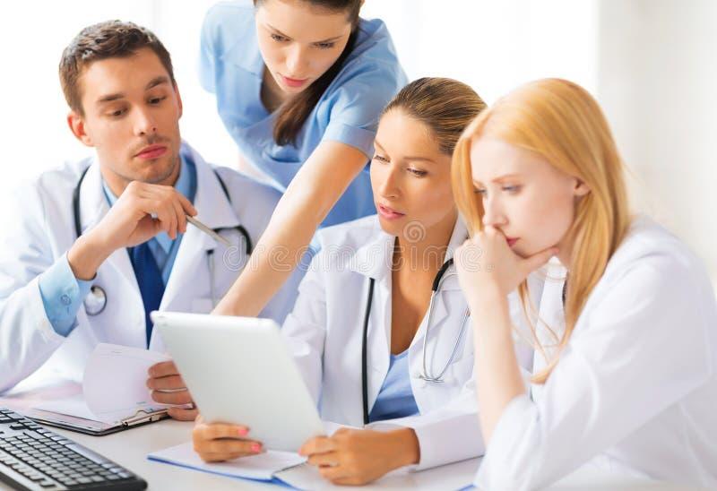 Drużyna lub grupa lekarek pracować zdjęcie stock