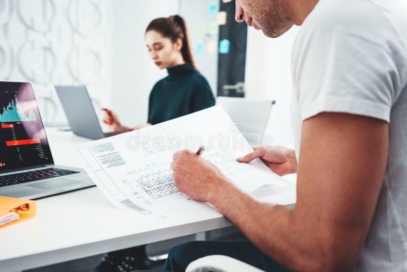 Drużyna ludzie biznesu analizuje dokument i projekta plan obraz stock