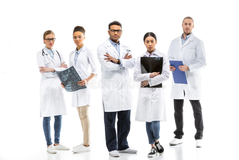 Drużyna młode profesjonalista lekarki w bielu pokrywa pozycję wpólnie zdjęcia royalty free