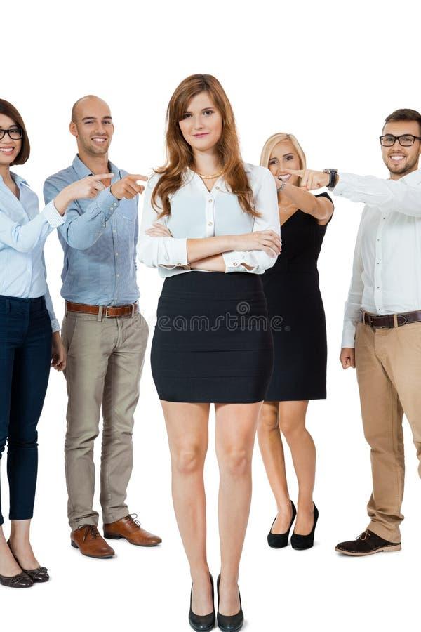 Drużyna młodzi ludzie biznesu oblega znęcać się kolegi fotografia royalty free