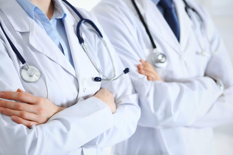Drużyna nieznane fabrykuje trwanie z rękami krzyżować w szpitalu prosto Lekarzi przygotowywający pomagać Opieka zdrowotna, ubezpi obrazy royalty free