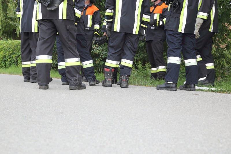 Drużyna pauzuje właśnie cieki strażacy dyskutuje fotografia stock