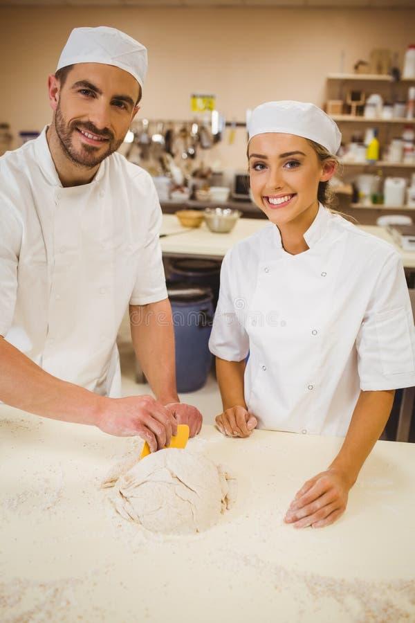 Drużyna piekarzi przygotowywa ciasto obrazy royalty free