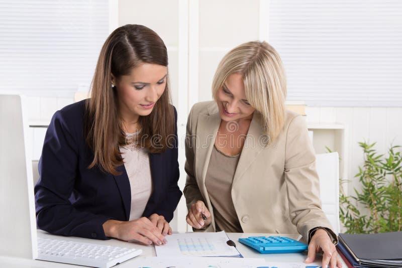 Drużyna pomyślny bizneswoman w biurze zdjęcia royalty free