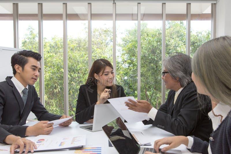 Drużyna pozuje w pokoju konferencyjnym azjatykci biznes Pracujący brainstor obrazy royalty free