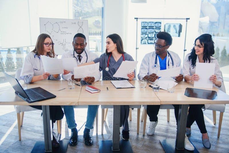 Drużyna profesjonalista lekarki ma spotkania w sali konferencyjnej przy nowożytnym szpitalem Opieka zdrowotna i medyczny obraz royalty free