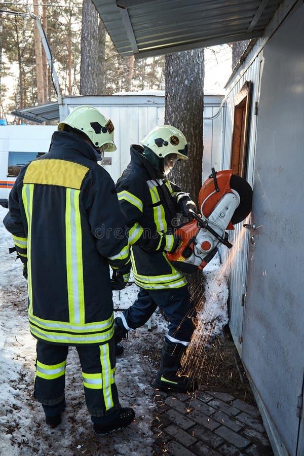 Drużyna ratownicza otwiera blokującego drzwi zdjęcie royalty free