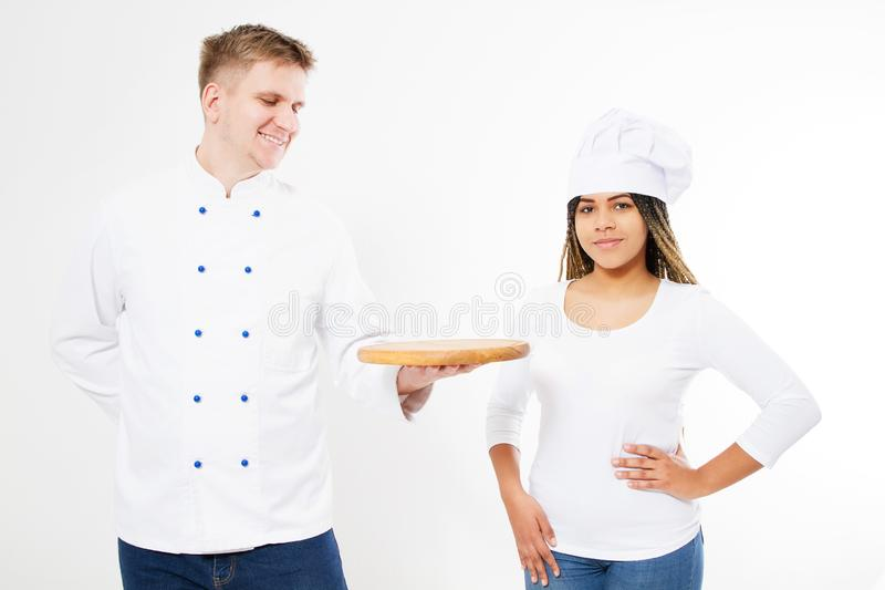 Drużyna szefowie kuchni pozuje na białym tle z pustą pizzy deską zdjęcia royalty free