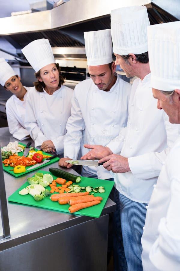 Drużyna szefowie kuchni sieka warzywa zdjęcia royalty free