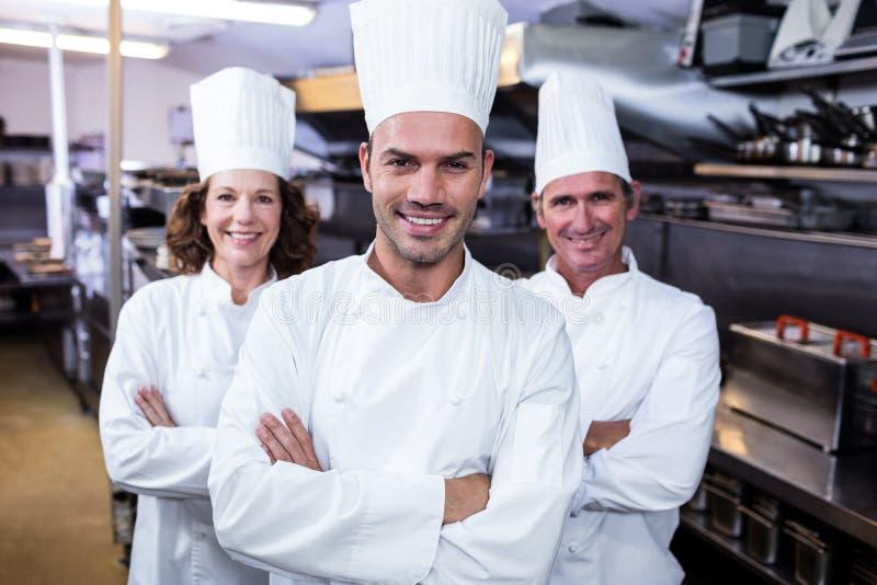 Drużyna szefowie kuchni stoi z rękami krzyżować fotografia stock