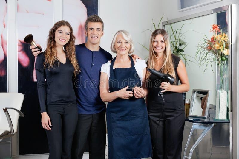 Drużyna Włosiani styliści W salonie zdjęcia royalty free