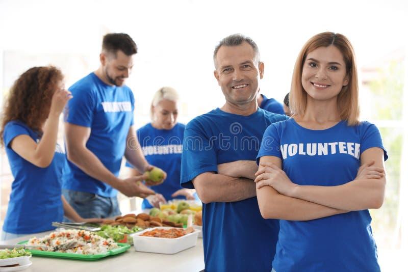 Drużyna wolontariuszi blisko zgłasza z jedzeniem zdjęcia stock