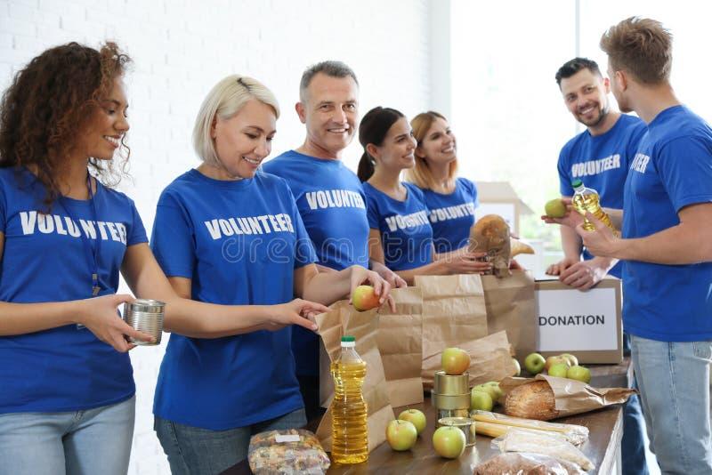 Drużyna wolontariuszi zbiera karmowe darowizny zdjęcie stock