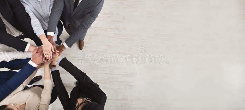 Drużyna zlani coworkers stoi z rękami wpólnie obraz stock