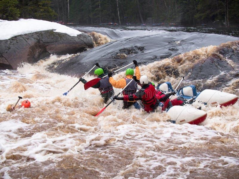 Drużynowi ludzie ono zmaga się z rzeką zdjęcie royalty free