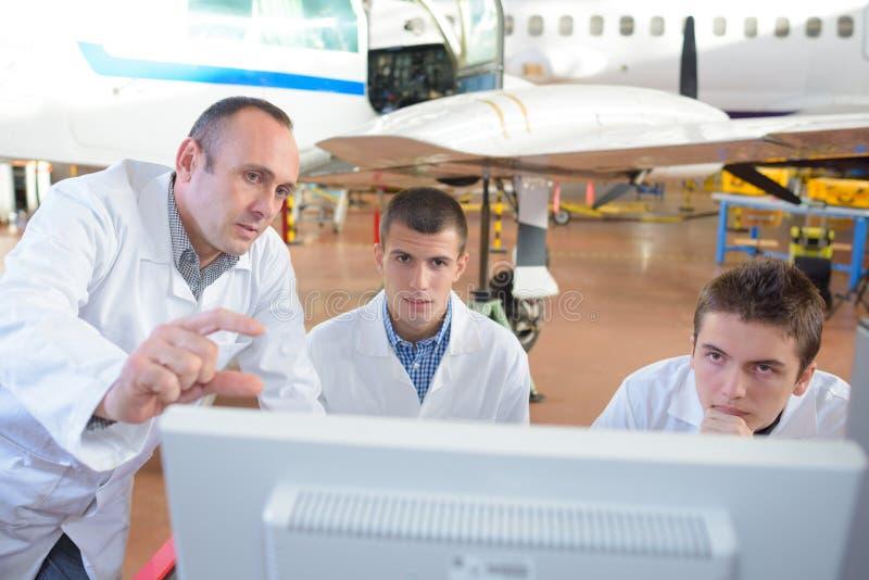 Drużynowi samolotów inżyniery naprawia część strumienia obraz royalty free
