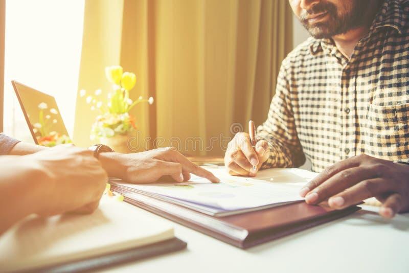 Drużynowy biznesowy mężczyzna Pracować z dokumentem dla pieniężnego w biurze Spotyka? raportowy w toku fotografia royalty free