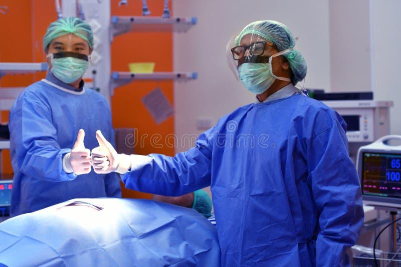 Drużynowy chirurg gratuluje pomyślną operację obrazy stock