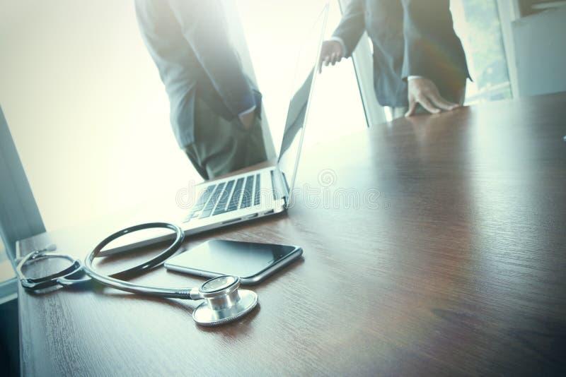 Drużynowy doktorski działanie z laptopem w medycznym workspace zdjęcie royalty free