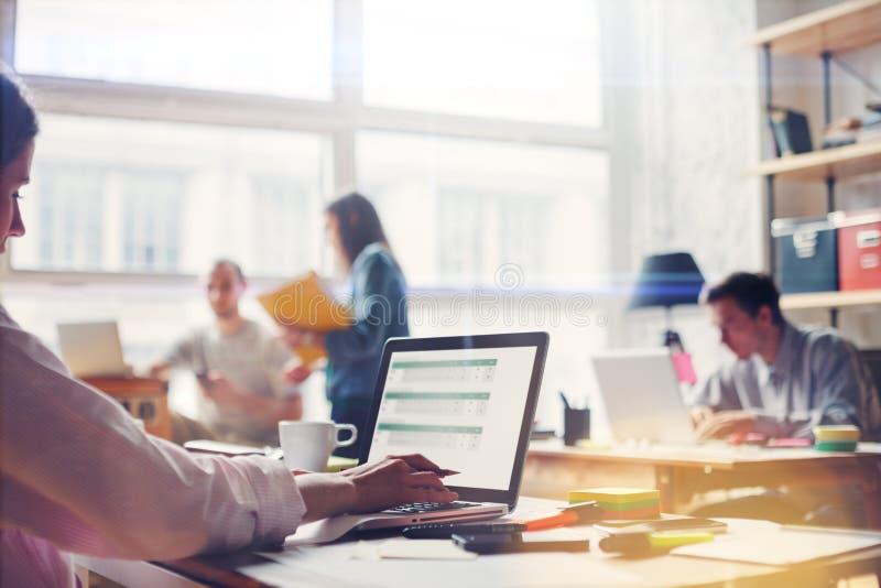 Drużynowy praca proces Młoda biznesowa załoga w dużym loft biurze Laptop z wykresem, analizuje wprowadzać na rynek obraz stock