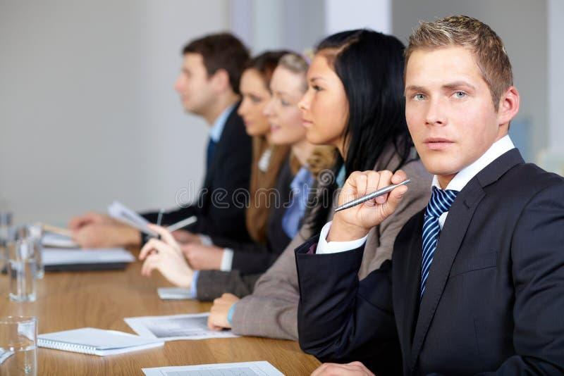 drużynowych biznesów potomstw 5 frontowych męskich ludzi obraz stock