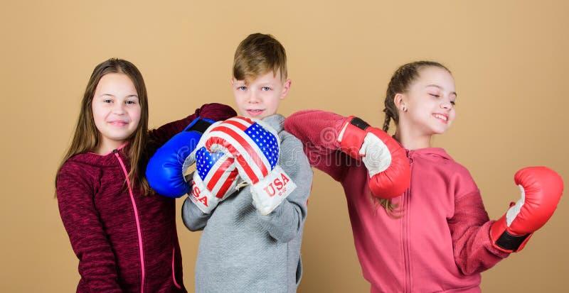 Dru?ynowa walka Sporta sukces trening ma?e dziewczyny i ch?opiec bokser w sportswear Szcz??liwi dzieci w bokserskich r?kawiczkach zdjęcia royalty free