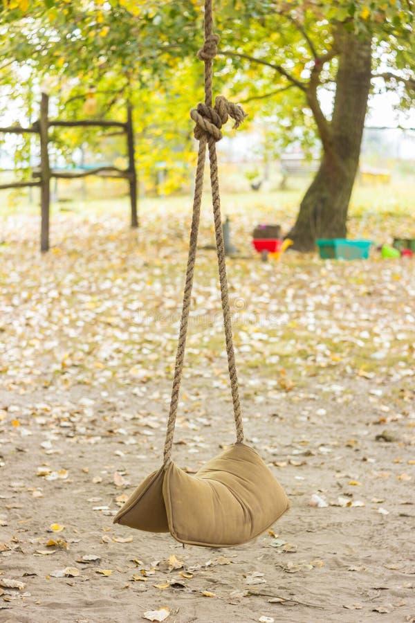 Druciana huśtawka na drzewie zdjęcia stock