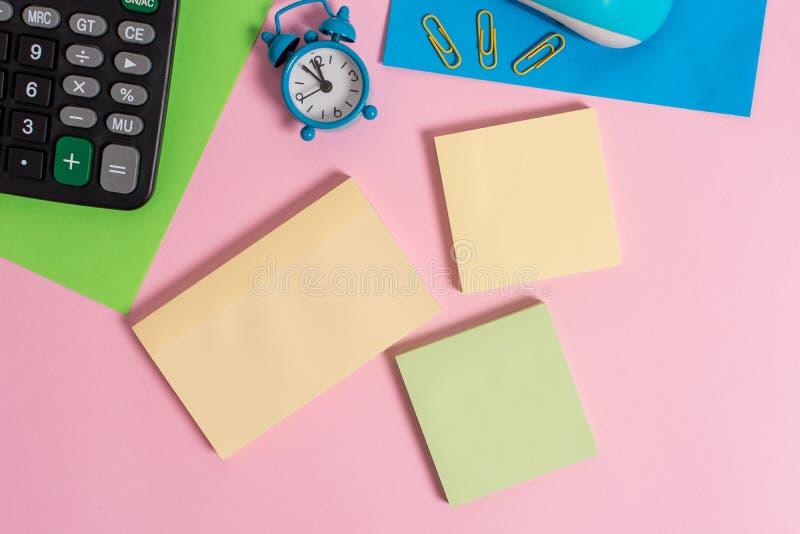 Drucianego rocznika myszy narzędzia gadżetu dwa pustego papieru elektroniczni prześcieradła przycinają notepads kalkulator barwią obraz stock