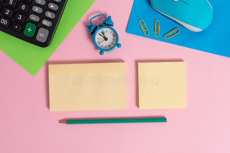 Drucianego rocznika myszy narzędzia gadżetu dwa pustego papieru prześcieradeł budzika elektroniczny wakeup przycina notepads kalk fotografia royalty free