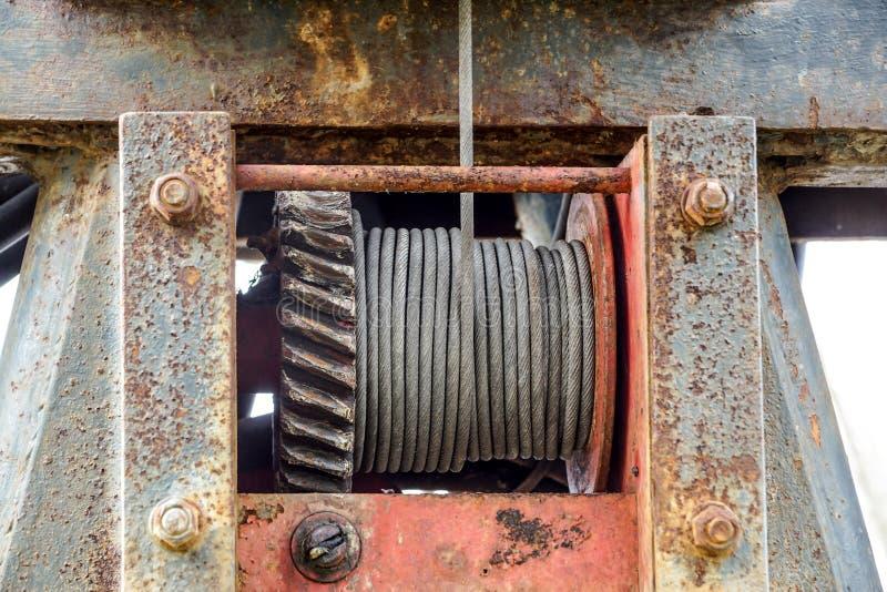 Drucianej arkany temblak lub kabla temblak na dźwigowym rolka bębenie lub winch rolce żuraw podnośna maszyna w ciężki przemysłowy obraz royalty free