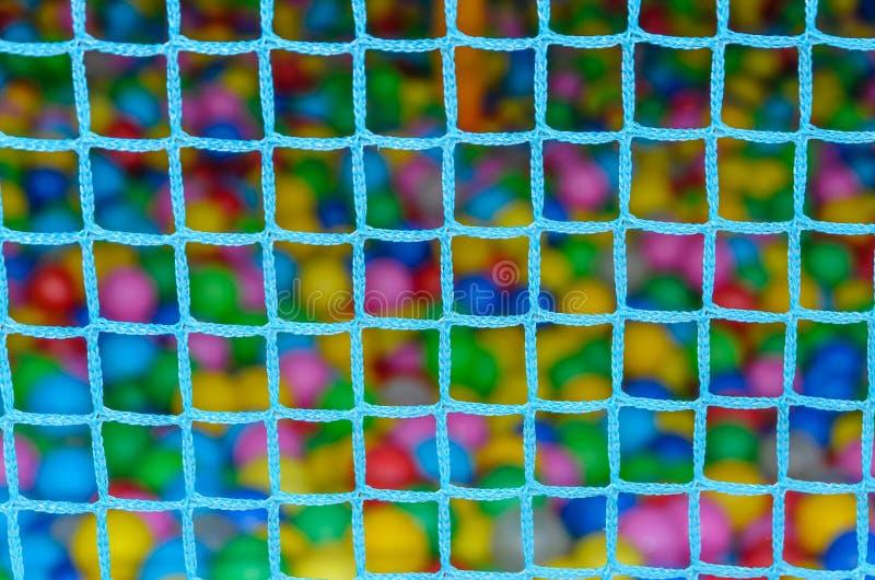Drucianej siatki zbiornik z kolorowymi piłkami fotografia stock