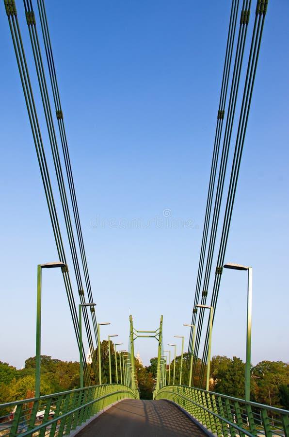 Druciany most przeciw niebieskiemu niebu zdjęcia stock