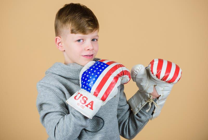 Druck zur Grenze Training des kleinen Jungenboxers von Juli-Hintergrund Gl?cklicher Kindersportler in den Boxhandschuhen Eignung lizenzfreie stockbilder
