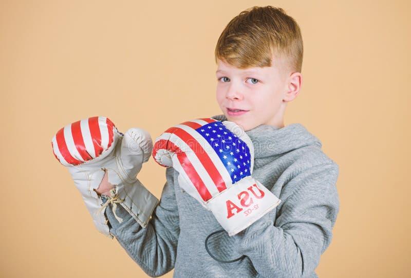 Druck zur Grenze Training des kleinen Jungenboxers von Juli-Hintergrund Gl?cklicher Kindersportler in den Boxhandschuhen Eignung stockfotos